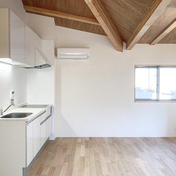 【LDK】天井の梁がいい味を出しています。