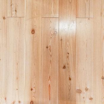コーティングされた無垢床。良い味。