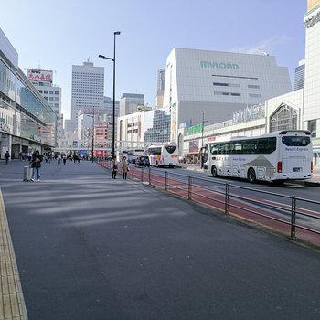最寄りは新宿御苑駅ですが、10分ほどで新宿駅につきます。