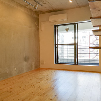無垢とコンクリートの組み合わせ。ベッドはコンクリート面に沿って。