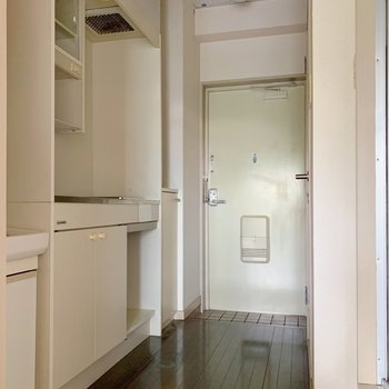 廊下部分。手前に洗面台、右にはトイレ、お風呂、洗濯機置場があります。