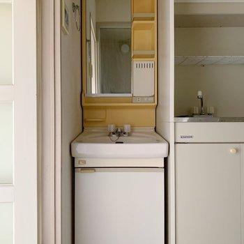 お隣には独立洗面台!コンパクトですがひとり暮らしなら充分でしょう◯