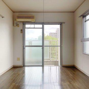 床の色がこっくりしていてかわいい。家具は白色が合うかも。