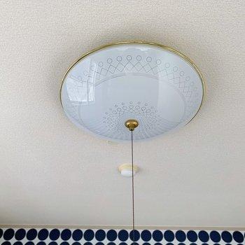 電気も、とてもかわいくないですか?縁がゴールドで、綺麗な模様が入っています。