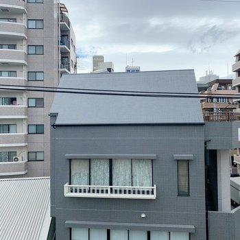こちらは窓からの景色。建物はあるけど抜けていて気持ちいい◯