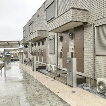 お部屋の前には駐輪場や宅配ボックスがあります。