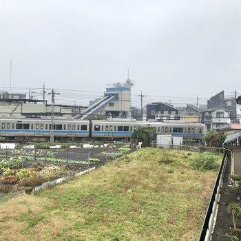 【洋室②】ちなみに、窓からは電車が見えました。