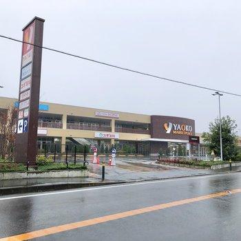 バス停前には商業施設もあるので、お買い物はこちらで済ませられます。