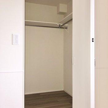 【洋室②】奥行きのあるウォークインクローゼットでした!※写真はフラッシュを使用して撮影しています。