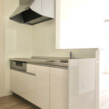 【LDK】優しい色合いのキッチンです。