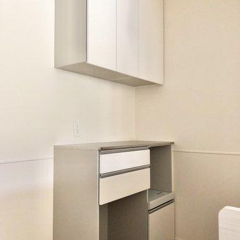 【LDK】キッチン前には炊飯器や電子レンジを置ける棚があります。