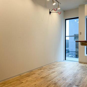 この壁沿いに、カフェテーブルなども置けそうです。