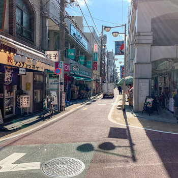 高架下沿いには、スーパーや輸入食品のお店などもあります。