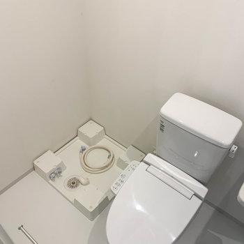 左奥に洗濯機置き場があります。