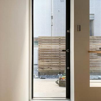 玄関はガラス扉。採光性を高めています。