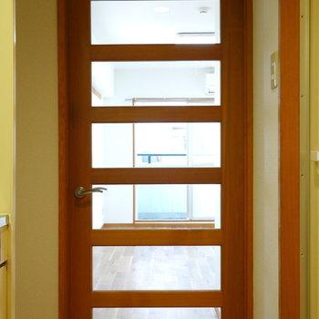 キッチン廊下と洋室を繋ぐ扉。(※写真は5階の反転間取り別部屋のものです)