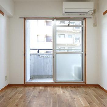 お部屋は7帖。ストレート貼りのフローリングが気持ち良い。(※写真は5階の反転間取り別部屋のものです)