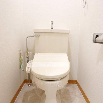 トイレはシンプルですが、ウォシュレット付きで嬉しい。(※写真は5階の反転間取り別部屋のものです)