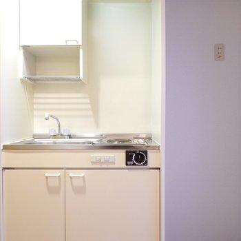 キッチンはコンパクト。冷蔵庫は右手に。(※写真は5階の反転間取り別部屋のものです)