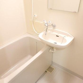 お風呂は洗面台との2点セットですが、新しめで清潔でした。(※写真は5階の反転間取り別部屋のものです)