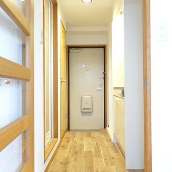 廊下もフローリング。照明も明るく、帰ってきても気分が上がる。(※写真は5階の反転間取り別部屋のものです)