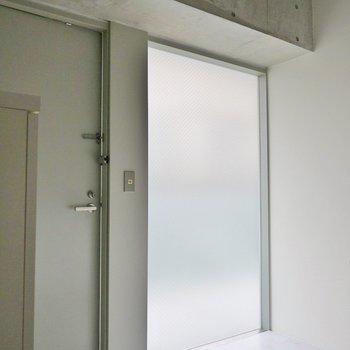 広すぎる玄関。ちょっとした物も置けそう※写真は同タイプの別部屋