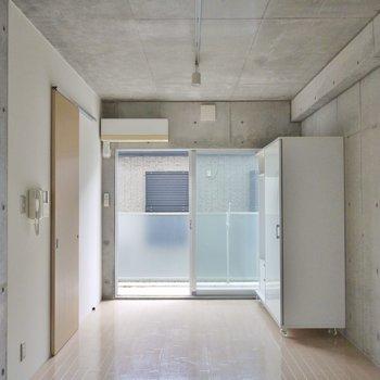 壁も天井もコンクリート打ちっぱなし※写真は同タイプの別部屋
