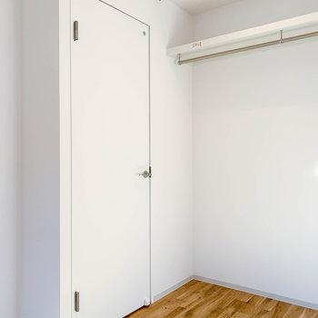 左の扉は脱衣所へ。