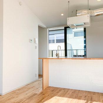 キッチンの左側、ベッドルームや階段へ繋がる廊下があります。
