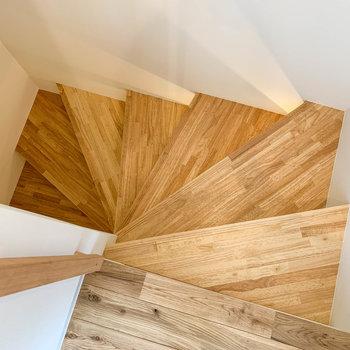 最後に玄関へ向かう階段へ。