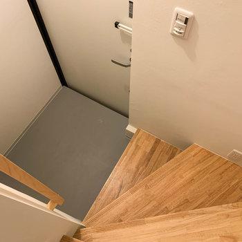 玄関スペースです。コンセントがあり、お掃除などに役立ちそう。