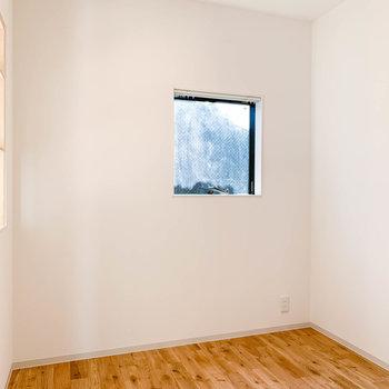 小窓付きです。ここにゼミダブルのベッドを置こうかしら。