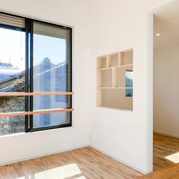 窓の右側、ベッドルームとの間は少し空いています。