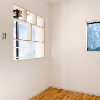 この窓枠には、写真立てとか飾ったりして。