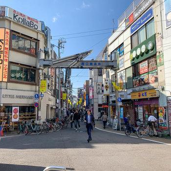 逆側、西口も商店街が続いています。