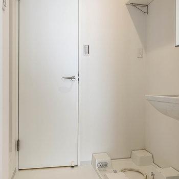 洗濯機置き場奥の扉はトイレに繋がります。