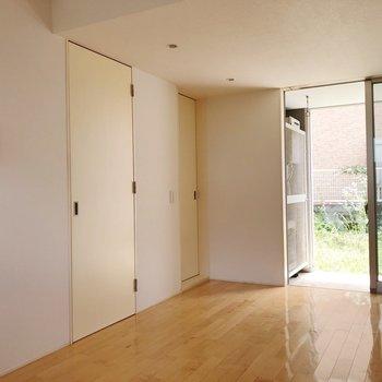 1番広い洋室のお部屋です。※写真は1階の同間取り別部屋のものです