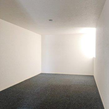 【ロフト】2階の窓からの光と風が入ってきます。※写真は1階の同間取り別部屋のものです