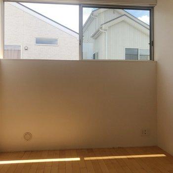 【2階】2階にも大きめの窓が。※写真は1階の同間取り別部屋のものです