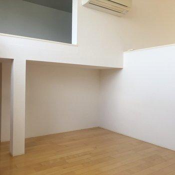 【中2階】ここ本棚とか置けそうだなあ。※写真は1階の同間取り別部屋のものです