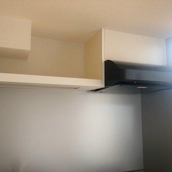 【2階】上にはオープンな棚があります。※写真は1階の同間取り別部屋のものです