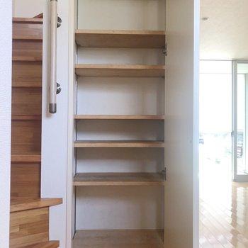 【1階】左を見ると靴箱もちゃんと。※写真は1階の同間取り別部屋のものです