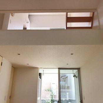 【1階】2階のダイニングがガラス張りでちらっと。※写真は1階の同間取り別部屋のものです
