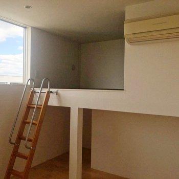【中2階】上にはロフトがあります。※写真は1階の同間取り別部屋のものです