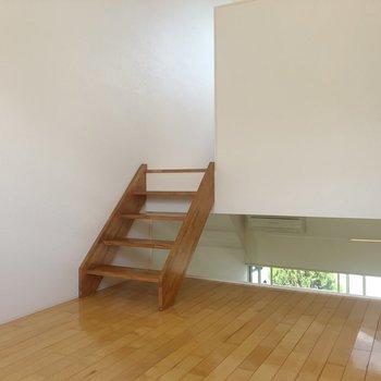 【2階】この階段かわいい。※写真は1階の同間取り別部屋のものです