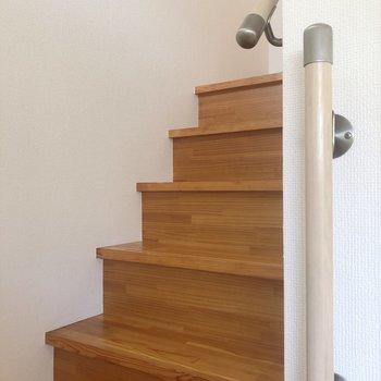 階段に手すりがあるので安心。※写真は1階の同間取り別部屋のものです