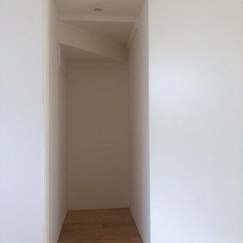 【1階】結構奥に広い。※写真は1階の同間取り別部屋のものです