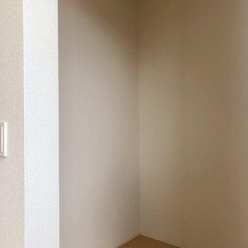 【2階】キッチン後ろに冷蔵庫置場とキッチン用品を置けるスペースが!※写真は1階の同間取り別部屋のものです