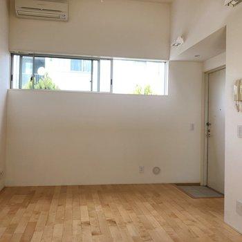 【1階】反対側にも小窓があります。※写真は1階の同間取り別部屋のものです