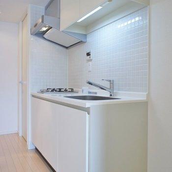 キッチンはコンパクトに。※写真は714号室のもの
